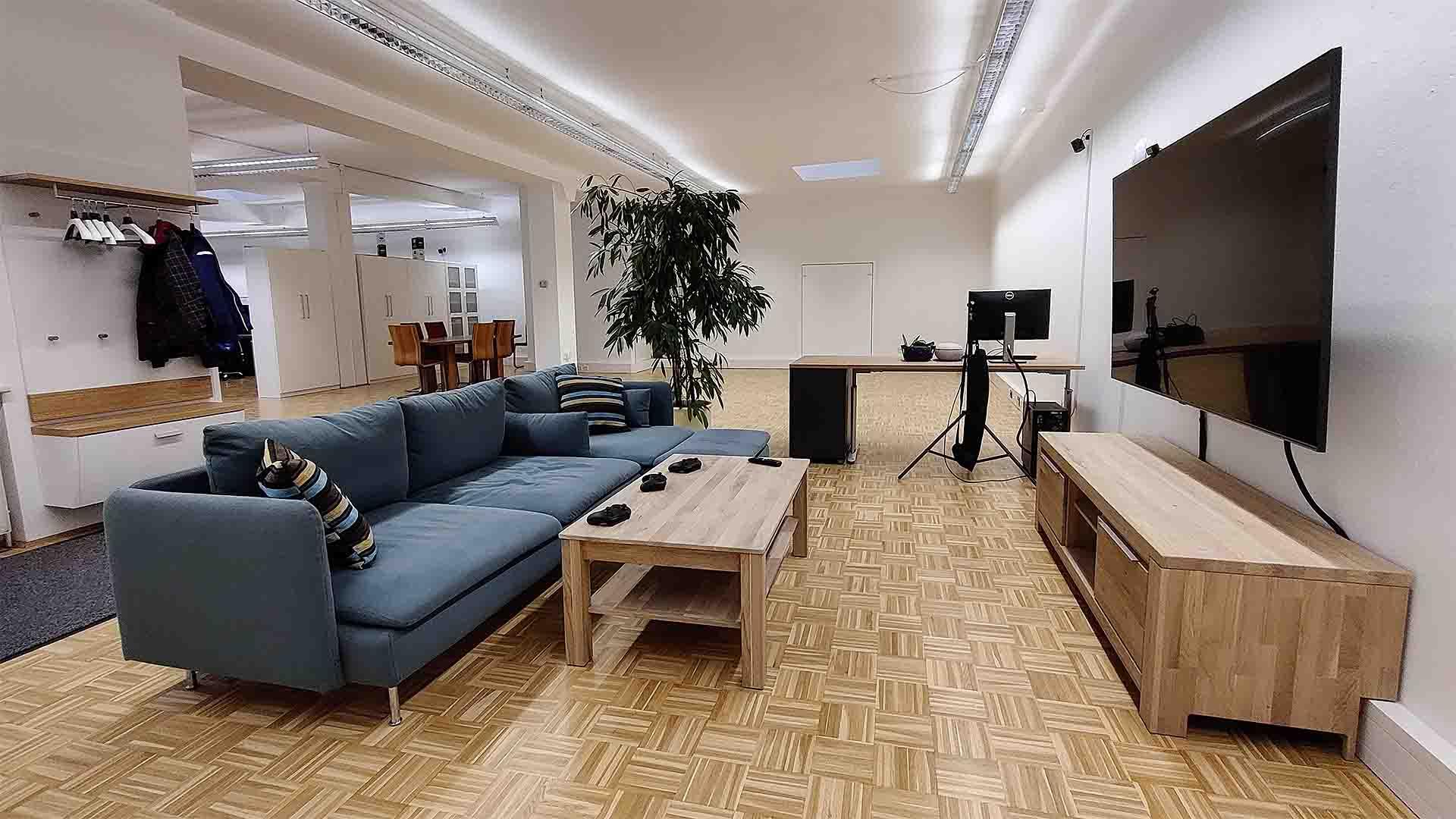Mediasquad Büro Couch und Fernseher