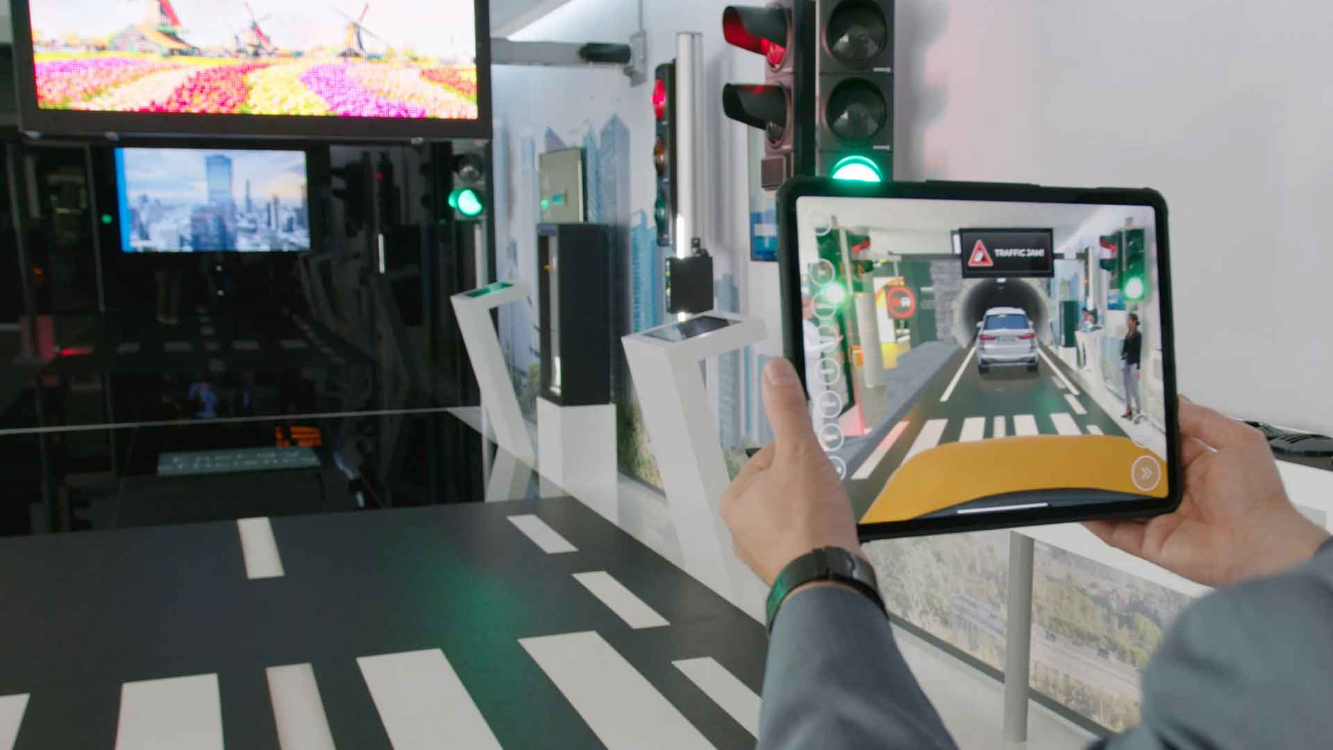 Mit der SWARCO Traffic World AR App können Besucher modernes Verkehrsmanagement ganz einfach verstehen lernen.